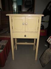 tahle kráska půjde do bílé barvy a bude sloužit jako odkládací stolek v chodbě