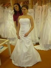 Na svatební šaty mi přijdou moc jednoduché...
