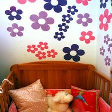 uvazujeme aj o moznosti ze 2 steny fialove a 2 biele a tym padom tieto kvietky na bielu stenu .... skor sa vsak priklanam k moznosti vsetky steny fialove ale jemna fialova nie tmavsie odtiene ...