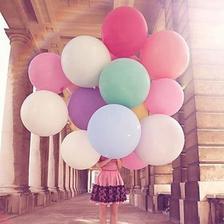 neodolala som a na fotenie som objednala obrovské balóny v bielej a ružovej a fialovej farbe :)