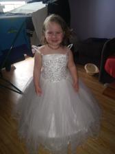 Moja najmensia druzicka..moja dcerka Lea :) Len ramienka jej trošku skrátime