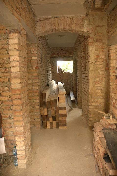 Od začátku do ... - Dole v chodbě už všechny zdi obouchány a tam na zemi se rozvalují trámy na podlahu v podkroví