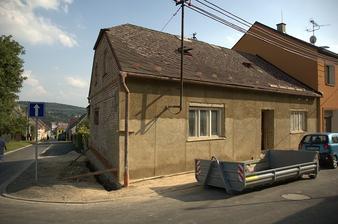 Domeček uprostřed léta 2011, jedna stěna už má hrubou