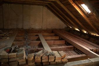 Ták a mezi ty stropní trámy přijdou trámy, které budou cca o 2 cm výš a ponesou podlahu