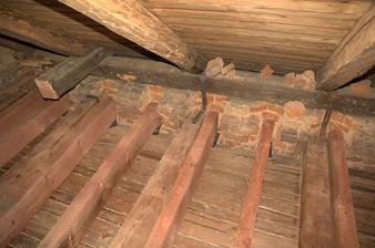 Starý dům, je prostě starý dům a když ten strop fungoval doposud... podlahové trámy se vkládaly cca co půl metru od sebe, aby vyšel průhyb při dané dimenzi