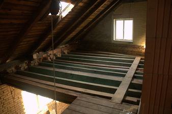 Ani schody, ani strop, už nám tu stavebnici zas rozebírají, místo aby stavěli :)