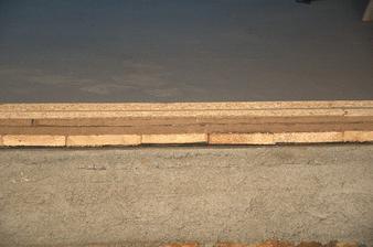 Je to maličko předimezovaná podlaha, foto je z části kde to leží na zdi, proto není vidět pod dřevěným žáklopem trám, ale jinak je skadba odspoda - trám, záklop(deska), 2x hobra, 2x dřevotříska P+D a na to přijde finální podlaha