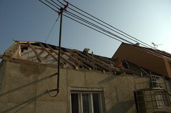 A nejvíc mě na tom domě štve ten nástřešák elektro