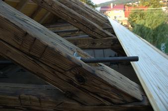 Domek nemá věnec, tak bylo potřeba provést nějaké to ztužení  krovu, když jsme si uřezali vazné trámy:)