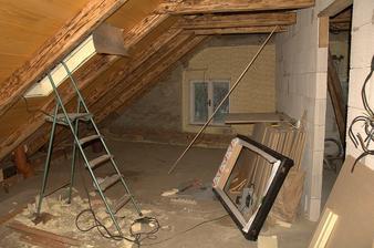 A bude se montovat střešní okno, škoda je že si s tím specializovaná firma neví moc rady...
