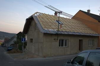 Nadstavení polovalby (kdybychom se na to vykašlali, byblo by to jednodušší, ale už by to nebyl ten dům)