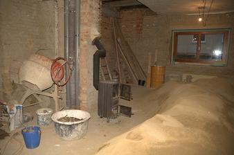 Přestože máme v domě hromadu písku, vítězoslavně si chlapi dovezli kamínka, na naše naléhání, že tam nemají dobrovolně mrznout, ale prý když je jim zima, tak makají, aby se zahřáli :)
