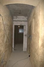 Dole už máme koupelnu oddělenou stěnou