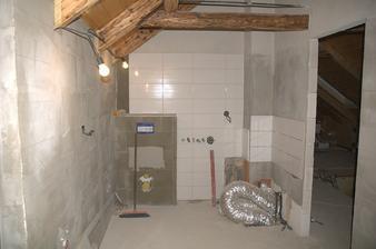 Horní koupelna už je částečně obložená, vpravo se kupí hadi co přijdou do rozdělovače