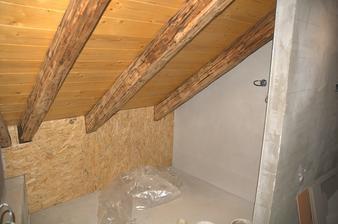 """Zátiší v podkroví- záklop přišel předělat a mezi záklopem a stěnou doposud máme nezačištěnou spáru a ulámanou omítku - takový """"nepodstatný"""" detail :)"""