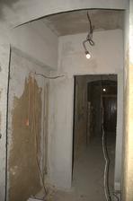 Dolní koupelna při pohledu zevnitř, vlevo výklenek na umyvadla.