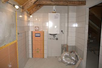 A tady , nejpokročilejší část, budoucí WC, vedle kotel, pod ním bude ještě zásobník