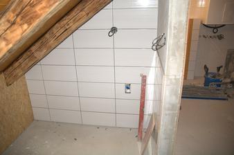 Takové malé pračkové zákoutí, horní koupelna je členitá, tam se to pěkně vejde