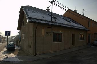 Asi to bude chtít víc sněhových zábran...Okna z ulice a francouzské okno do dvorku mají rolety, ať můžeme v létě větrat a nebát se :)