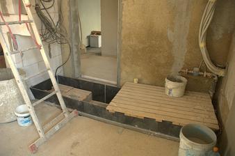 Trocha drátů a taky jáma mezi základy vyřešena svařenou vanou, řekla bych z nějakého polypropylenu...