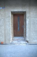 No dobře, tak ještě jeden pohled na staré dveře zvenčí