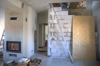 A mohla začít stavba zdi pod budoucí schodiště