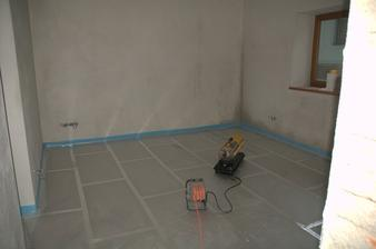 A sušíme mokré rohy... krb to bezvadně vytopí v kuchyni, ale ještě neni dodělaný teplovzduch a nová stavba je mokrá