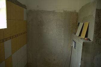 Pohled směrem k záchodu, zatím bez obkladu