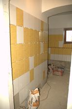 Pohled na boční stěnu, kde bude topný žebřík