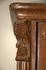 Detail u vrchu skříně