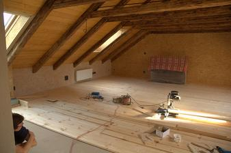 Pokládka podlahy v podkroví - borovicové palubky