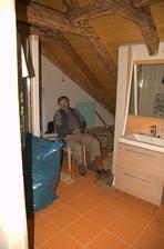 V koupelně je zrovna volno, tak proč si tam neposedět :)