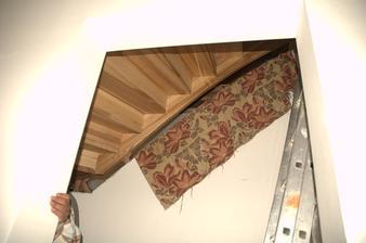 pohled zespodu z budoucí technické místnosti pod schody