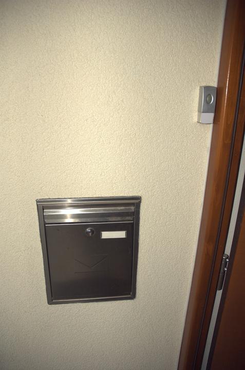 Pro @misamo, jak máme vyřešenou schránku a zvonek - za schránkou je ještě kus vysekáno ve zdi a jetam vloženo cca 5 cm polystyrenu