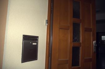 Přechod schránka/omítka odděluje expanzní PUR páska, u dveří nalepeno tlačítko zvonku
