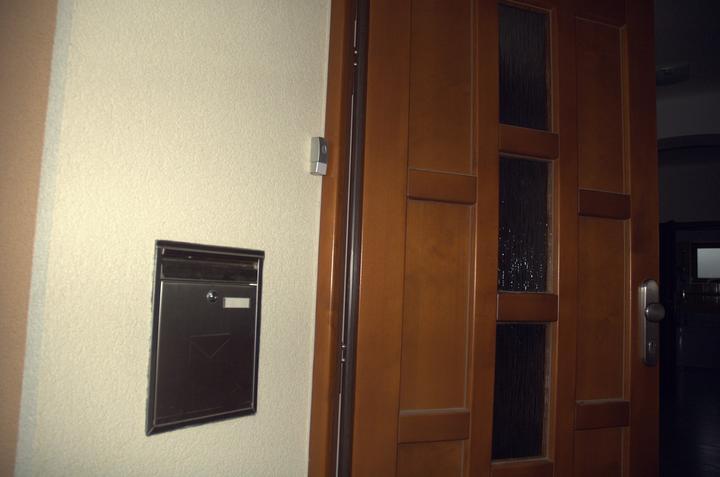 Pro @misamo, jak máme vyřešenou schránku a zvonek - Přechod schránka/omítka odděluje expanzní PUR páska, u dveří nalepeno tlačítko zvonku