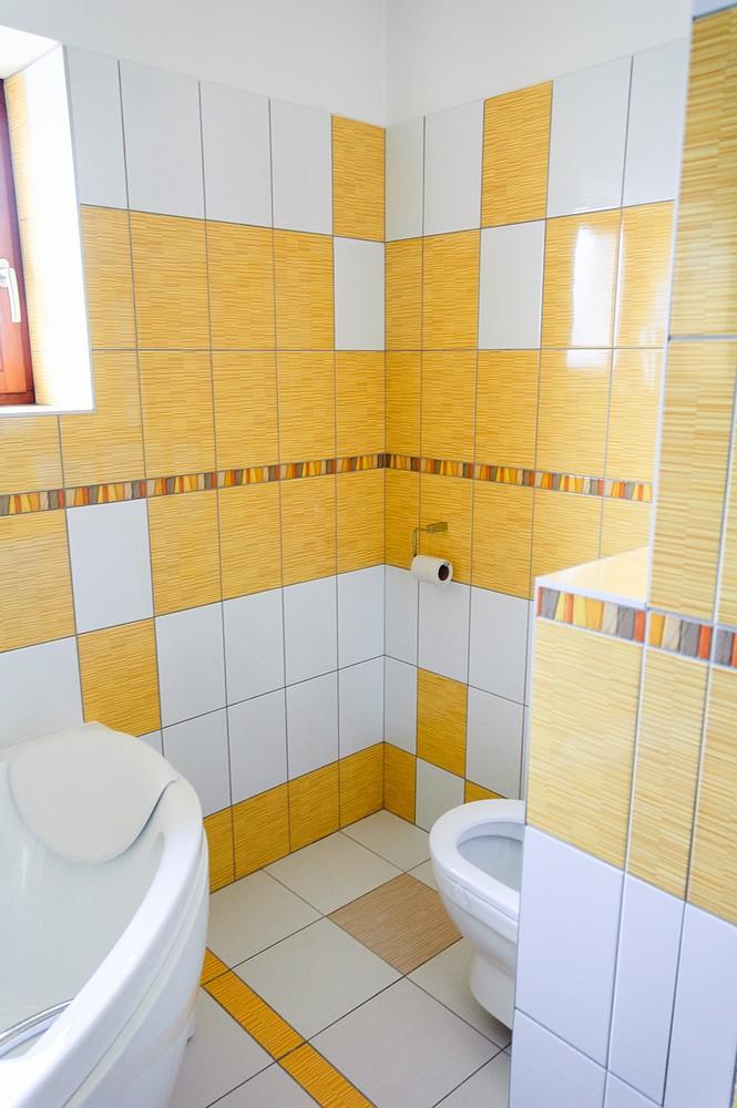 KOUPELNA PŘÍZEMÍ - záchod schovaný za rohem