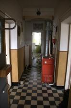 Dlouhá chodba a ještě tu zavazí kotel,dřív tu plyn nebyl a když se zavedl, nebylo kam dát kotel...
