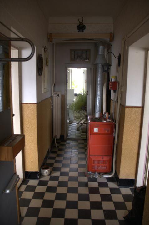 Od začátku do ... - Dlouhá chodba a ještě tu zavazí kotel,dřív tu plyn nebyl a když se zavedl, nebylo kam dát kotel...
