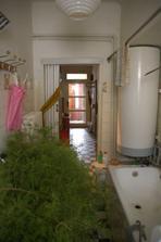 Pohled z koupelny přes chodbu až ke v chodovým dveřím. A tam co jsou vidět vcodové dveře bude později koupelna:)