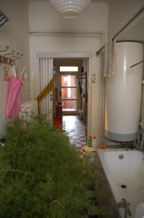 Od začátku do ... - Pohled z koupelny přes chodbu až ke v chodovým dveřím. A tam co jsou vidět vcodové dveře bude později koupelna:)