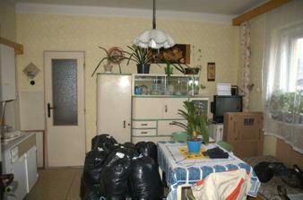 Kuchyň ještě vcelku a s hromadou věcí sbalených do kontejneru s oblečením...
