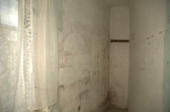 Tady byl špajz, ale dlouho nebude, zeď vpravo půjde pryč.