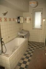 Vyklizená koupelna, pod tím dřevem vpravo je stará vodovodní přípojka...