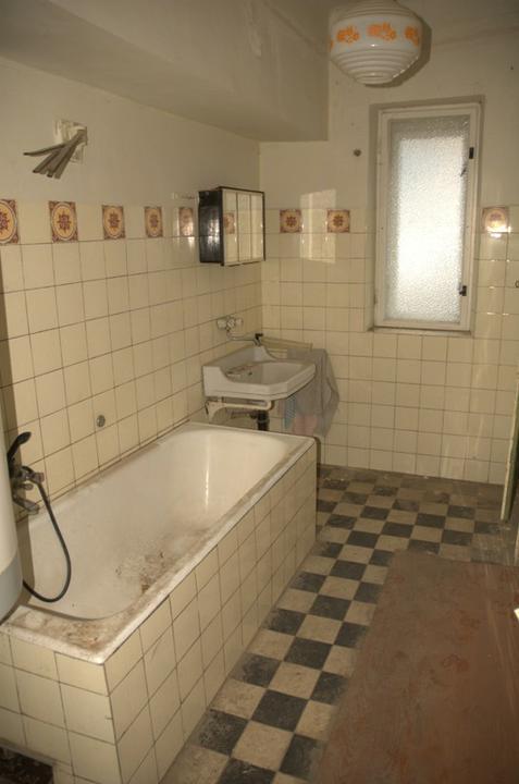 Od začátku do ... - Vyklizená koupelna, pod tím dřevem vpravo je stará vodovodní přípojka...