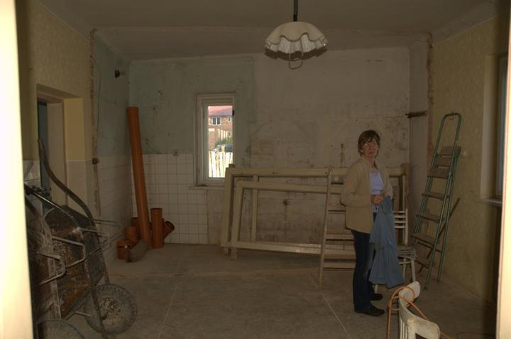 Od začátku do ... - Zeď v kuchyni směrem do špajzu už není, špajz není...