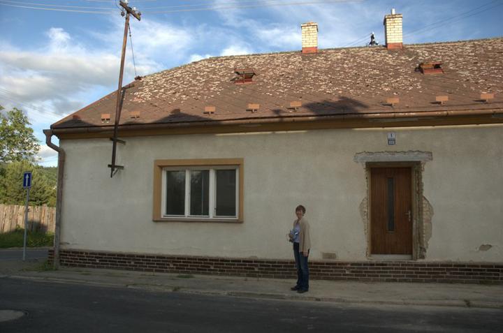 Od začátku do ... - Vysmátá máma před novým vchodem do domečku:)