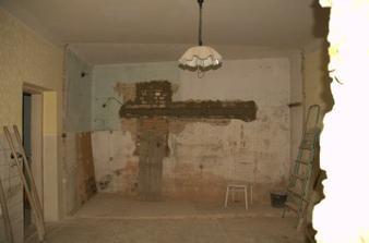 Ve zdi je připraven překlad pro okno, jenže chlapům nedošlo, že ta levá stěna tam nebude a že proto jsem do výkresu udělala okno víc vlevo, v tom prostoru bude kuchyň. Tak ať se tam taky vejde linka:)
