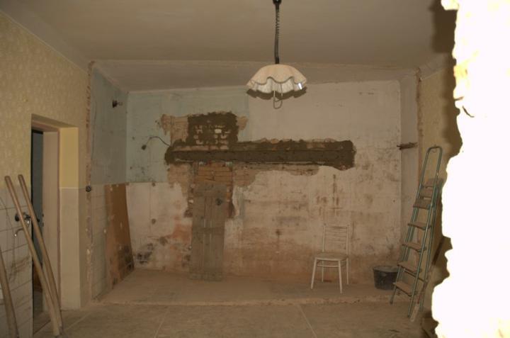 Od začátku do ... - Ve zdi je připraven překlad pro okno, jenže chlapům nedošlo, že ta levá stěna tam nebude a že proto jsem do výkresu udělala okno víc vlevo, v tom prostoru bude kuchyň. Tak ať se tam taky vejde linka:)