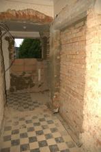 Pohled zhruba ode dveří koupelny. Vpravo výklenek pro budoucí umyvadla.